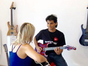 Lezione di chitarra di Bruno Pittelli nel suo studio di Bresso